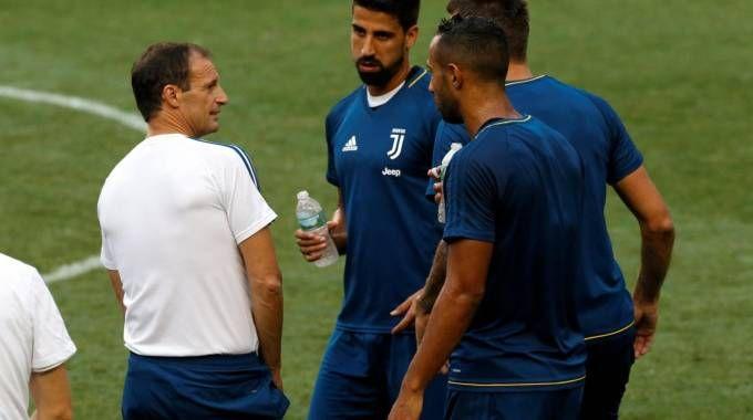 Massimiliano Allegri dirige l'allenamento a Vinovo