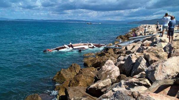 L'imbarcazione finita contro gli scogli (foto Marco Mori)