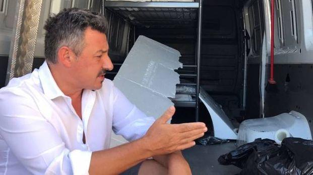 L'artista Stefano Bressani mostra il furgone depredato