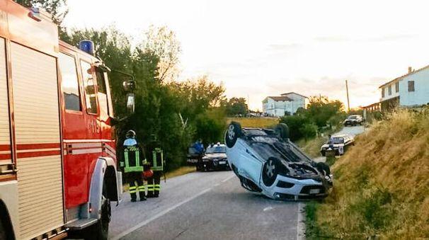 Montegiorgio, si cappotta con l'auto sulla provinciale. Grave giovane (foto Zeppilli)