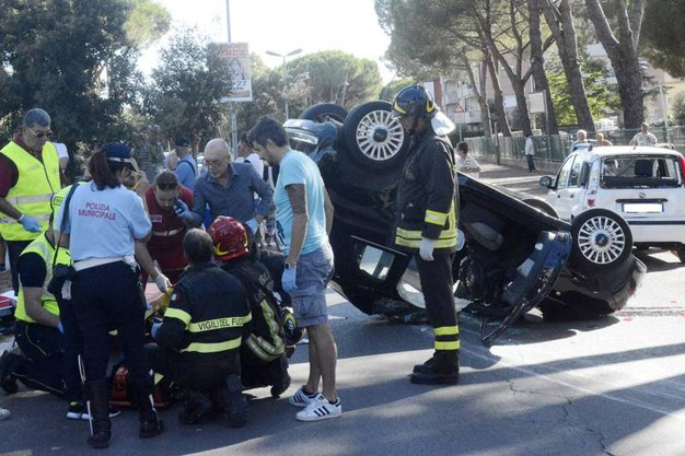 L'incidente in via Mascagni (foto Aprili)