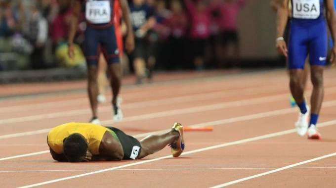 Usain Bolt cade nella staffetta (LaPresse)