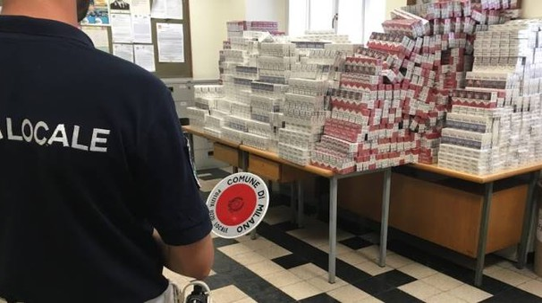 Le sigarette trovate dalla polizia locale nel furgone