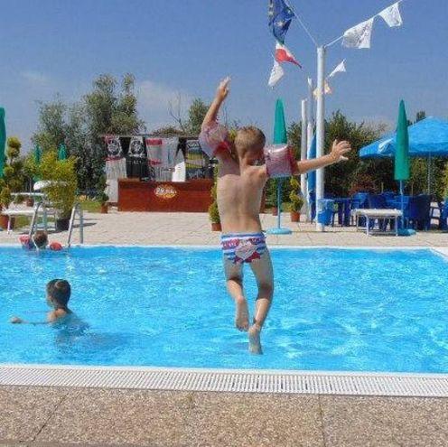 5) Un tuffo in piscina alla Vallette di Ostellato