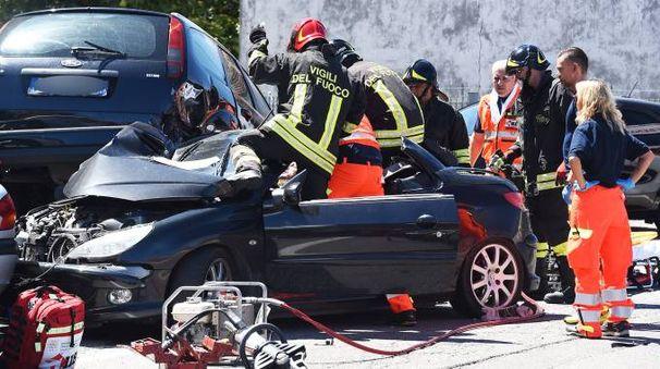 L'auto è uscita fuori strada e ha colpito le macchine parcheggiate (Foto Migliorini)