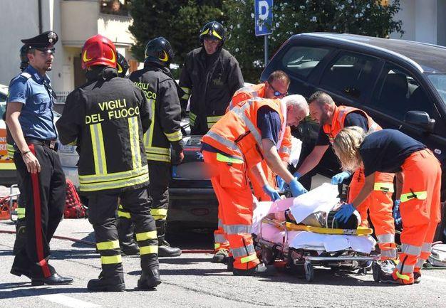 La Peugeot con a bordo due persone è uscita di strada colpendo altre auto (Foto Migliorini)