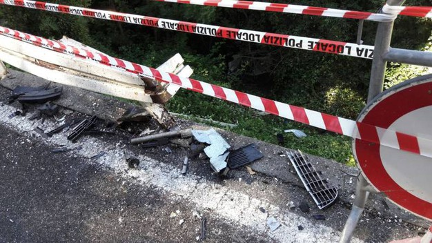 Tre giovani finiscono in una scarpata, illesi dopo l'incidente (Cardini)