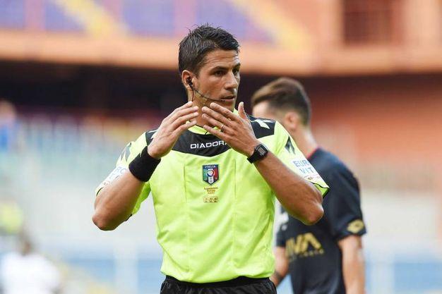L'arbitro Manganiello assegna il penalty per il Cesena (foto LaPresse)