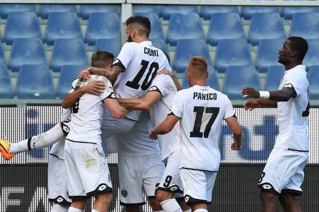 La gioia dei giocatori del Cesena (foto LaPresse)