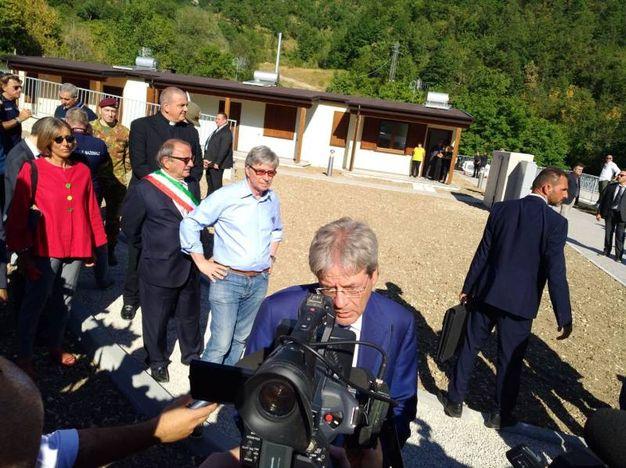 Il presidente Paolo Gentiloni in visita alle casette di Arquata del Tronto (foto Dire)