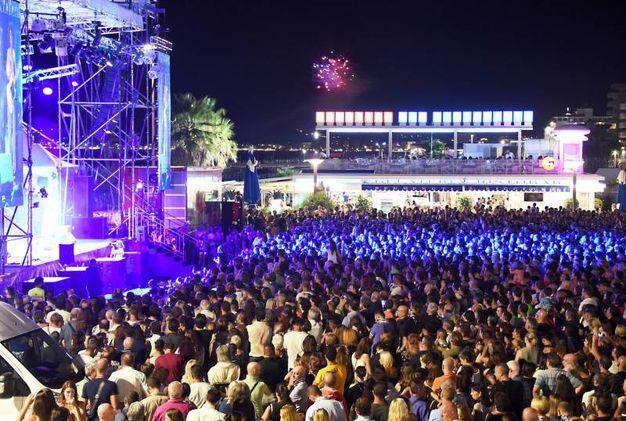 Riccione, pienone in piazzale Roma per i concerti di Deejay on Stage (foto Migliorini)