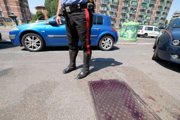 Carabinieri sul luogo dell'aggressione, nel quartiere Stadera a Milano