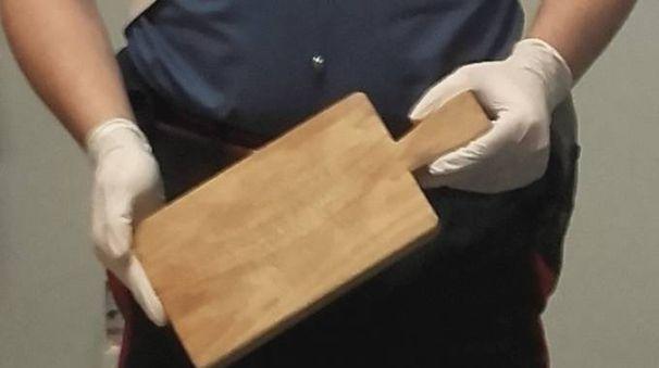 Il tagliere usato per picchiare la donna