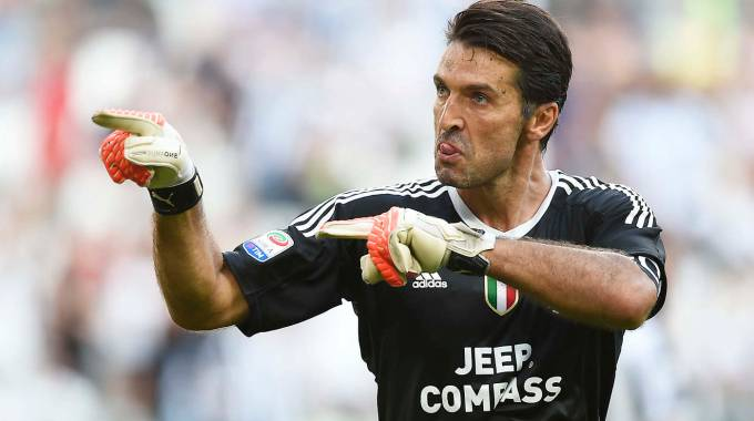 Buffon para un rigore al Cagliari (Lapresse)