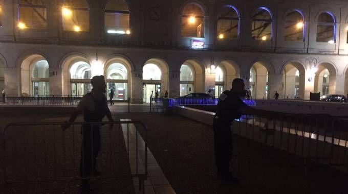 Polizia fuori dalla stazione di Nimes (Twitter @bleugardlozere)