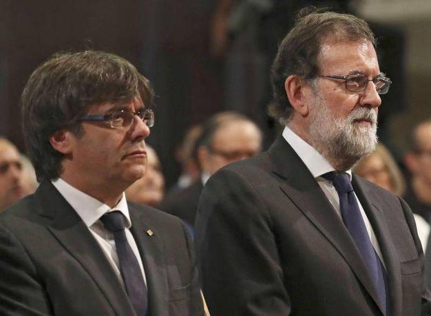 Il primo ministro Rajoy e il presidente della Catalogna Puigdemont (a sinistra) (Ansa)