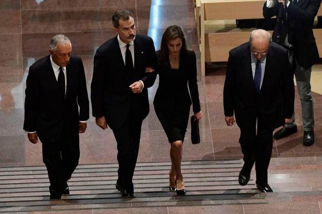 Al centro il re Felipe VI e la regina Letizia. A sinistra il presidente portoghese Marcelo Rebelo de Sousa (Afp)