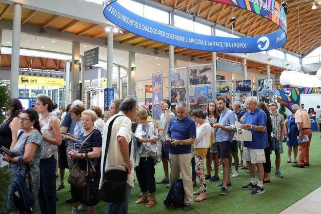 La fila all'ingresso del Meeting di Rimini (foto Petrangeli)