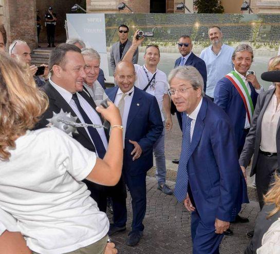 Paolo Gentiloni con il sindaco Andrea Gnassi durante la visita ai cantieri del centro storico di Rimini (foto Ansa)