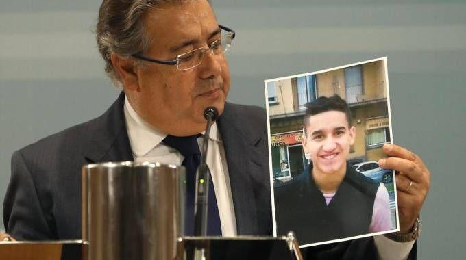 Juan Ignacio Zoido mostra la foto di Younes Abouyaaqoub (Ansa)