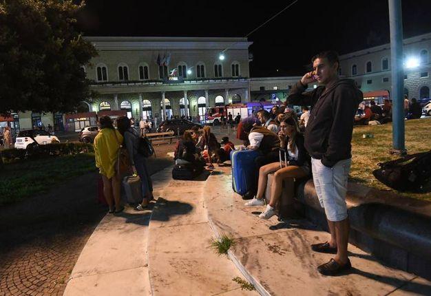 Ritardi e disagi in stazione per un allarme bomba poi risultato falso (foto Schicchi)