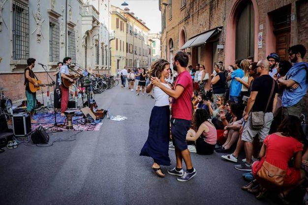 Balli per le vie del centro (Businesspress)