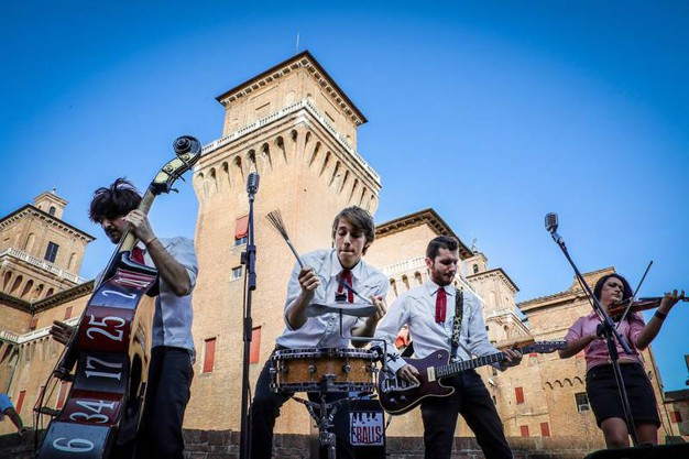 Arttisti davanti al Castello (Businesspress)