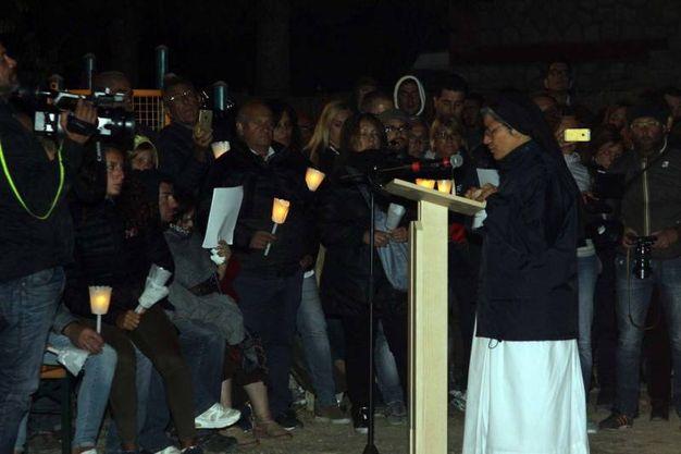 La veglia di preghiera a Pescara del Tronto per i morti del terremoto di un anno fa (foto Labolognese)