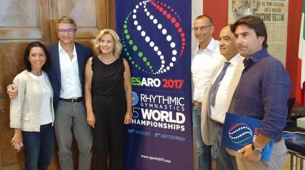 TUTTI FELICI A sinistra, la World Cup di quest'anno, qui a fianco Sotto, il sindaco Ricci con Luca Pieri e Biancani, ieri in Comune: «Premiato il lavoro di nove anni»