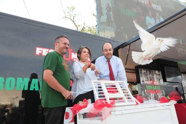 Il responsabile della Festa Fabio Querci, la parlamentare Giuditta Pini e il segretario Critelli liberano alcune colombe per l'inaugurazione della Festa dell'Unità (fotoSchicchi)