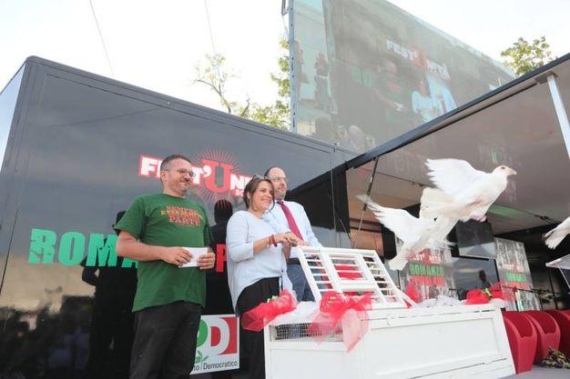 Il responsabile della Festa Fabio Querci, la parlamentare Giuditta Pini e il segretario Critelli liberano alcune colombe (fotoSchicchi)
