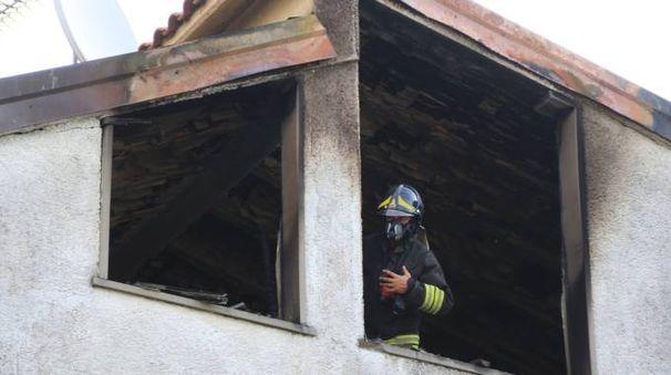 Un vigile del fuoco nella mansarda della tragedia (Foto Attalmi)