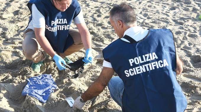 I rilievi della polizia sul luogo dello stupro (foto Manuel Migliorini)