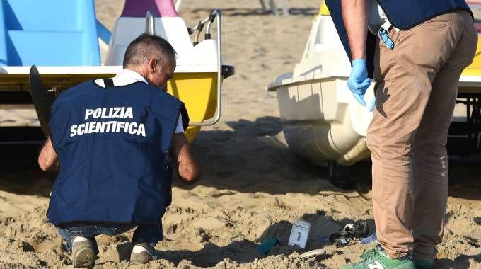 Rimini, i rilievi della Scientifica dopo lo stupro in spiaggia (foto Migliorini)