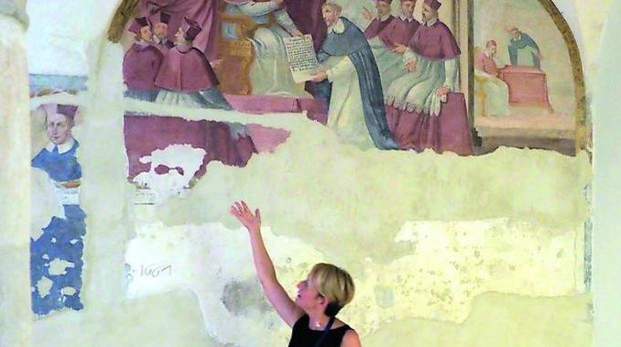 """La guida Francesca Giovanelli mostra gli affreschi dell'antico chiostro del convento """"riemersi"""" dai camerini. La data: 1661 Fotoservizio di Massimo Pasquali"""