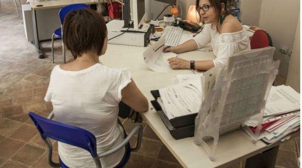 Una operatrice del Job Pesaro parla con una utente