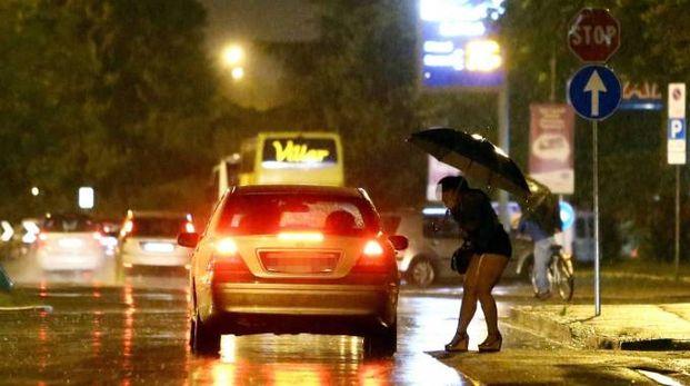 Una prostituta mentre concorda la prestazione
