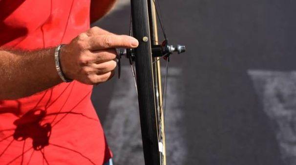 Una delle ruote con una puntina conficcata