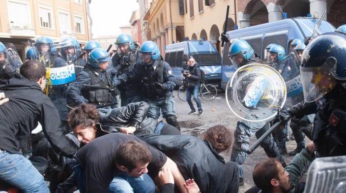 Un momento degli scontri per il caromensa in piazza Puntoni, in piena zona universitaria