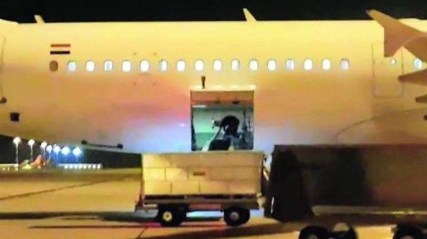 L'immagine delle operazioni di carico a Malpensa