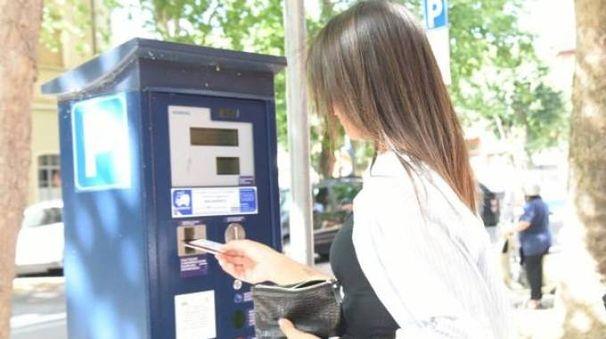 Da oggi la sosta può essere pagata con bancomat o carta di credito