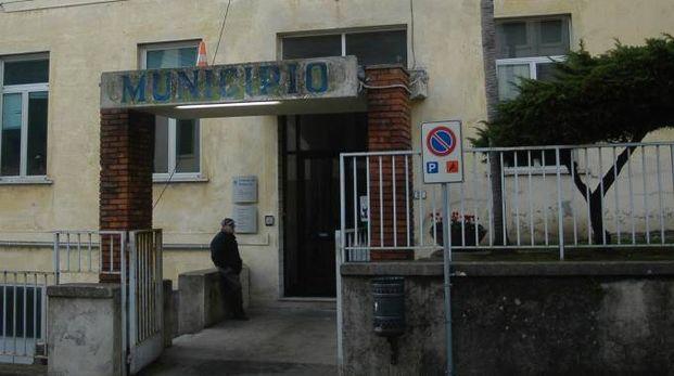 Il municipio di Seravezza e il sindaco Riccardo Tarabella