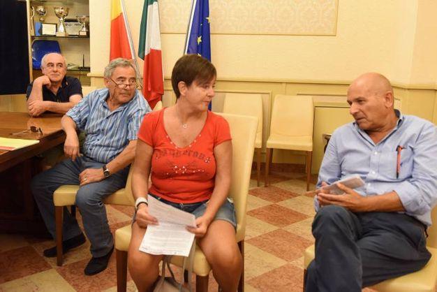I residenti ricevuti dal sindaco Ciarapica per l'inversione di marcia (foto Demarco)