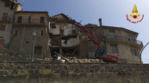 I vigili del fuoco di Ascoli Piceno lavrano con l'ausilio dei Gruppi Operativi Speciali di Ancona e L'Aquila