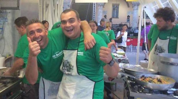 Volontari al lavoro in cucina