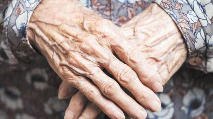Una donna anziana
