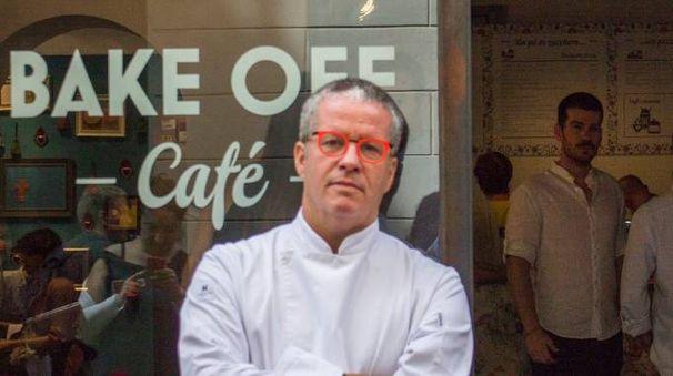 Ernst Knam davanti al Bake Off Café (Newpress)