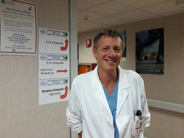 Il professore Raffaele Pascarella che ha operato Valentino Rossi (Foto Ansa)