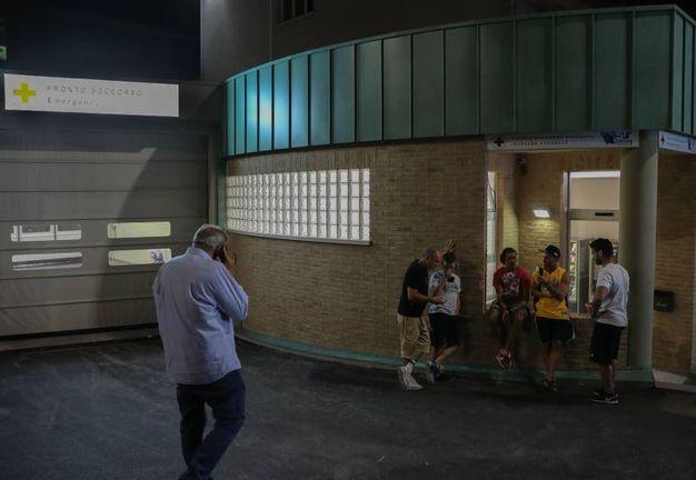 L'attesa degli amici di Valentino Rossi fuori dall'ospedale di Urbino (Fotoprint)