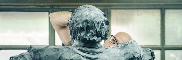 Al lavoro sul modello della statua
